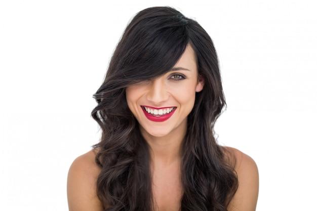 Joyeuse femme aux cheveux sombre posant