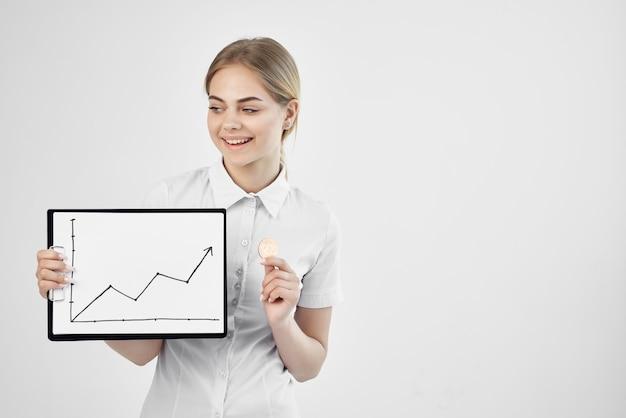 Joyeuse femme bitcoin crypto-monnaie dans les mains fond clair. photo de haute qualité