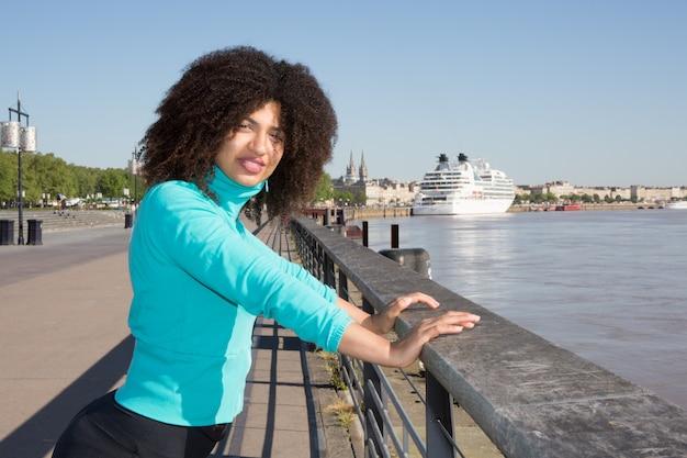 Joyeuse femme mixte noire sport dans la rivière de la ville