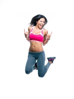Joyeuse femme sportive sautant
