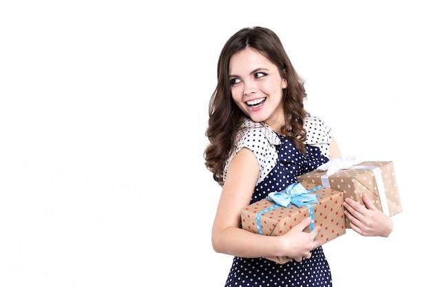 Joyeuse femme tenant des cadeaux en mains, isolés.
