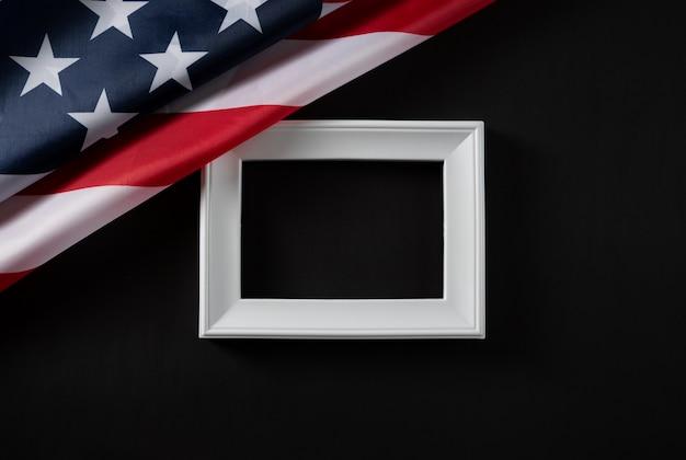 Joyeuse fête du travail. drapeau usa et cadre blanc sur noir