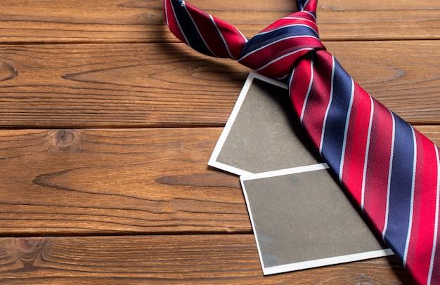 Joyeuse fête des pères. cravate sur la table en bois