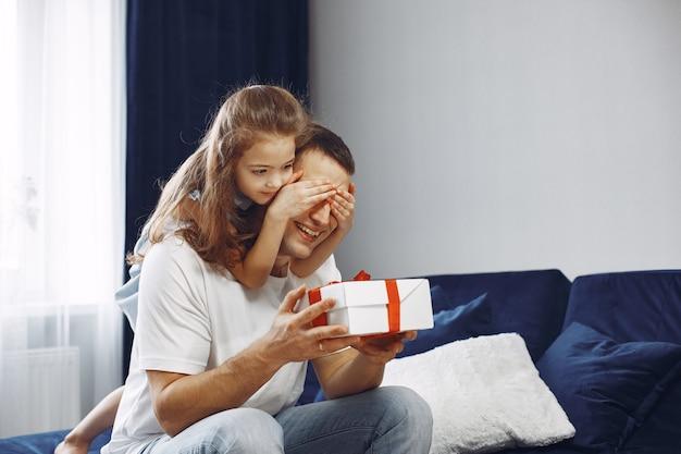 Joyeuse fête des pères. la fille accueille papa. petite fille avec papa.