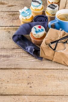Joyeuse fête des pères avec petits gâteaux et cadeaux