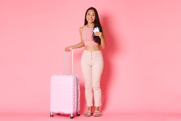 Joyeuse fille asiatique posant dans le studio