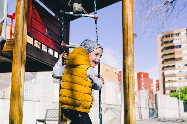 Joyeuse fille escaladant l'échelle