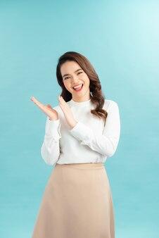 Joyeuse fille excitée applaudissant ou se frottant les mains de délectation et de bonheur, souriante en levant la compétition gagnante
