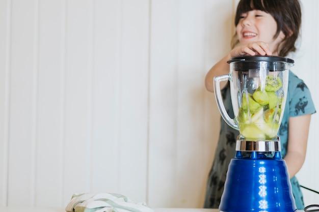 Joyeuse fille faisant un smoothie