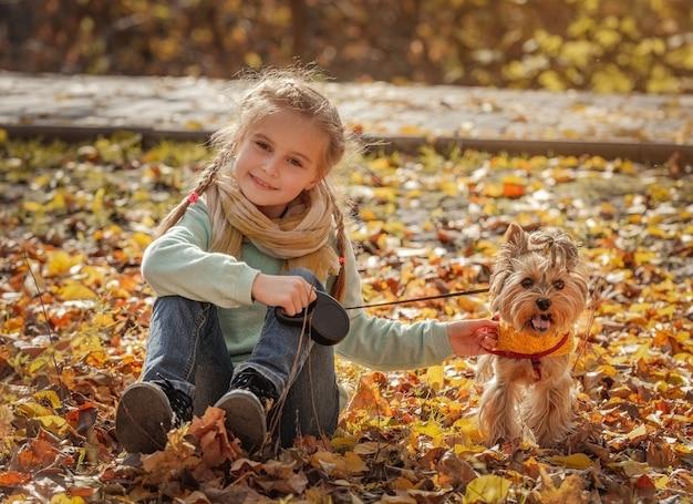 Joyeuse fille jouant avec chien