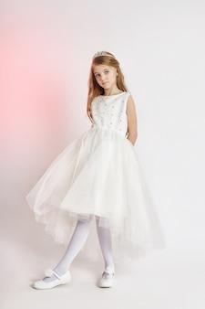 Joyeuse fille positive en belle robe de couleur blanche