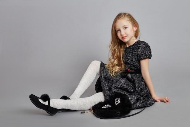 Joyeuse fille positive belle robe couleur noire