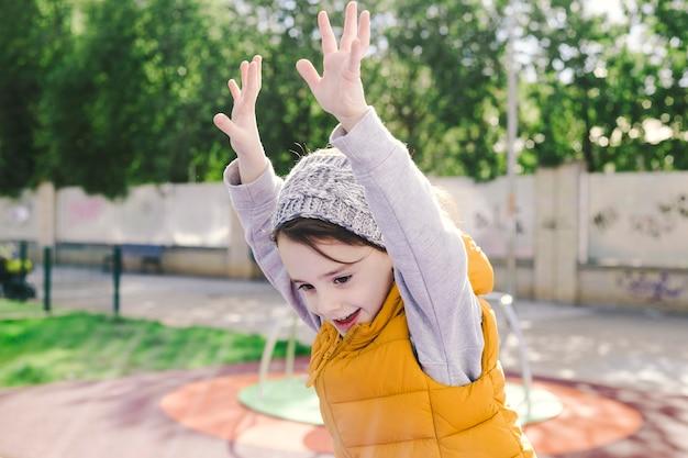 Joyeuse fille sautant sur l'aire de jeux