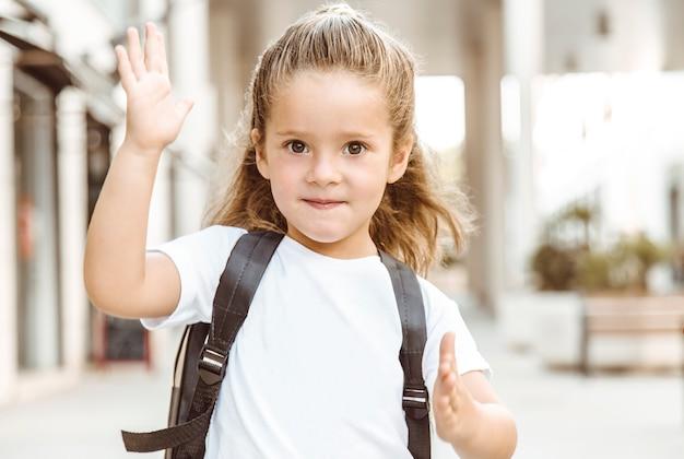 Joyeuse et gentille fille va à l'école