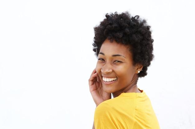 Joyeuse jeune femme africaine