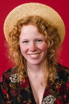 Joyeuse jeune femme au gingembre souriante à pleines dents