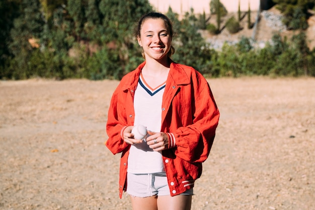 Joyeuse jeune femme au terrain de baseball