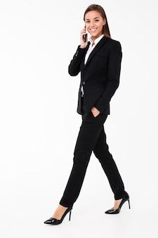 Joyeuse jolie femme d'affaires, parler par téléphone