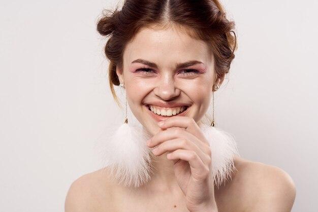 Joyeuse jolie femme boucles d'oreilles bijoux épaules nues