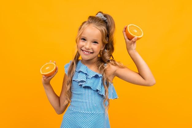 Joyeuse Jolie Fille Avec Des Oranges Sur Fond Jaune Photo Premium