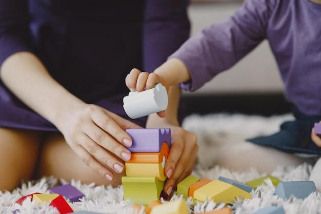 Joyeuse maman jouant en riant avec la petite fille de l'enfant