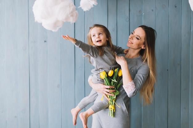 Joyeuse mère et fille célébrant la fête des mères