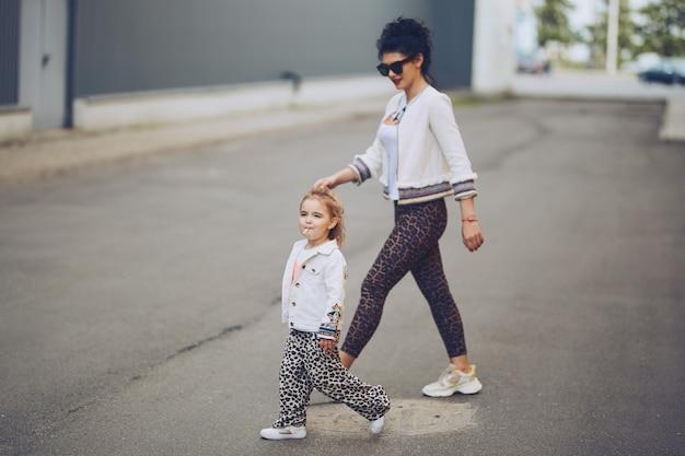 Joyeuse mère et fille s'amusant en ville