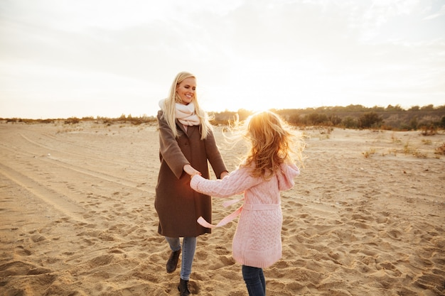 Joyeuse mère jouant avec sa petite fille