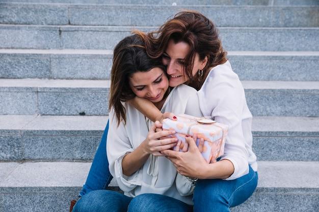 Joyeuse mère recevant un cadeau de femme