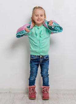 Joyeuse petite fille avec ses bras croisés