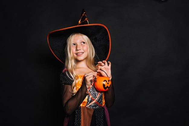 Joyeuse petite sorcière avec seau en plastique