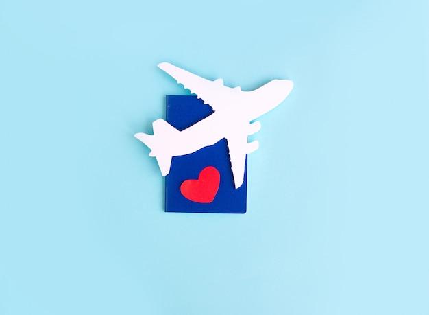 Joyeuse saint valentin. avion pour enfants sur fond bleu avec coeur rouge