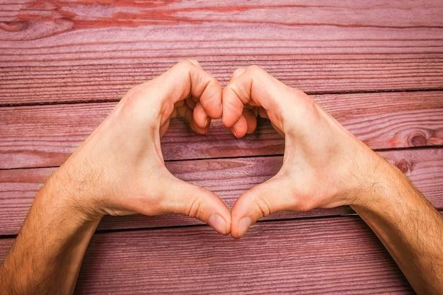 Joyeuse saint-valentin dans les mains d'amour et de coeur
