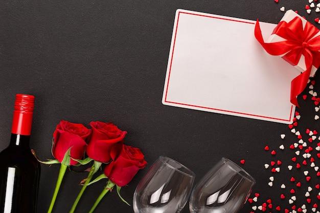 Joyeuse saint-valentin avec vin et cadeau