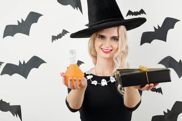 Joyeuse sorcière avec des cadeaux d'halloween