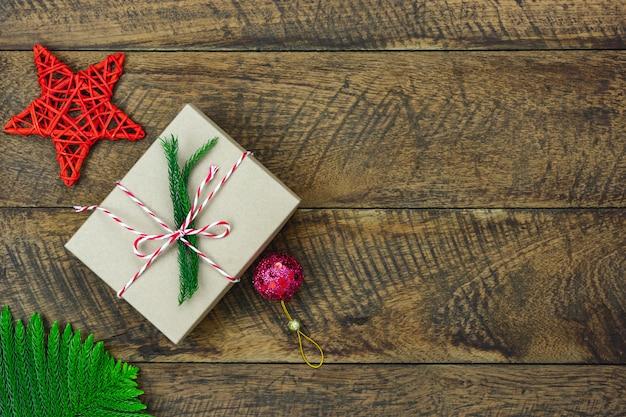 Joyeuses décorations de noël. mise à plat des objets de différence essentielle boîte cadeau et sapin sur planche de bois