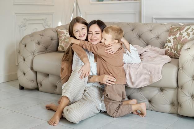 Joyeuses émotions joyeuses sur le visage d'une femme, un garçon et une fille