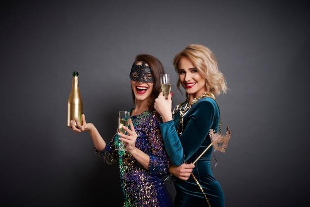Joyeuses femmes appréciant à la fête
