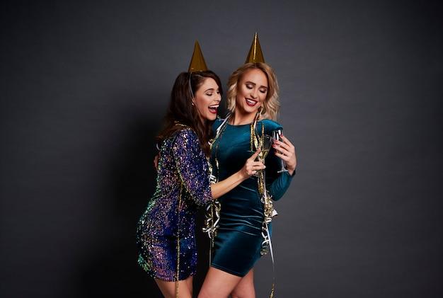 Joyeuses femmes faisant des toasts pour une bonne année