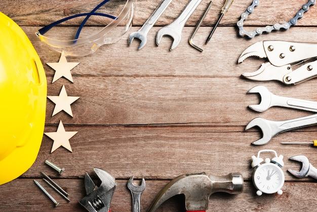 Joyeuses fêtes fête du travail différents types de clés sur table de bureau en bois premier lundi de septembre