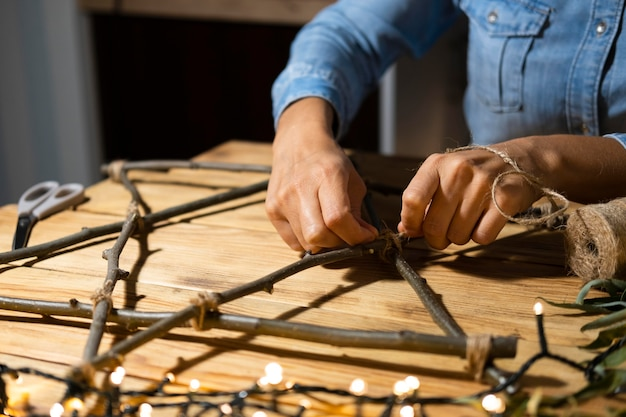 Joyeuses fêtes de hanoucca faisant un symbole avec des lumières et des branches