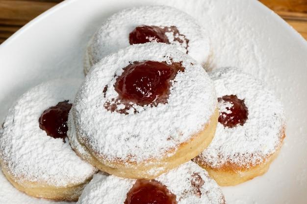 Joyeuses fêtes de hanoukka beignets avec de la confiture