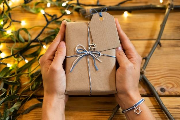 Joyeuses fêtes de hanoukka tenant un cadeau