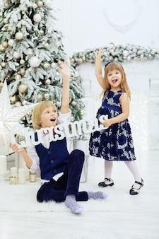 Joyeuses fêtes de souhaits des enfants.
