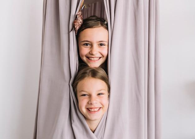 Joyeuses filles à l'intérieur de la tente