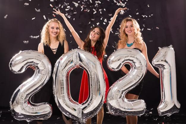 Joyeuses jeunes femmes célébrant le nouvel an 2021