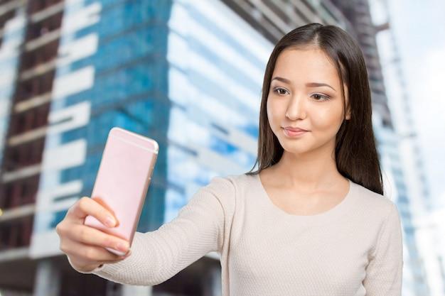 Joyeuses jeunes femmes faisant selfie par son téléphone intelligent