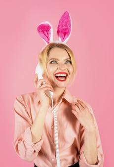 Joyeuses pâques à colorier chasse aux œufs fille de communication avec des oreilles de lapin parlant au téléphone fixe
