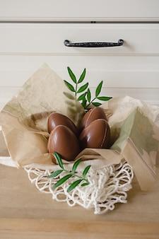 Joyeuses pâques composition de quatre œufs en chocolat dans la cuisine de style moderne. décor de vacances bricolage pour les enfants.