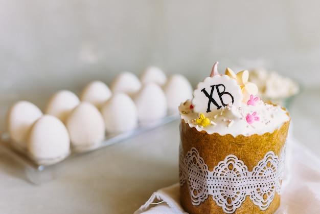 Joyeuses pâques. félicitation fond de pâques. gâteau de pâques sucré sur fond gris clair